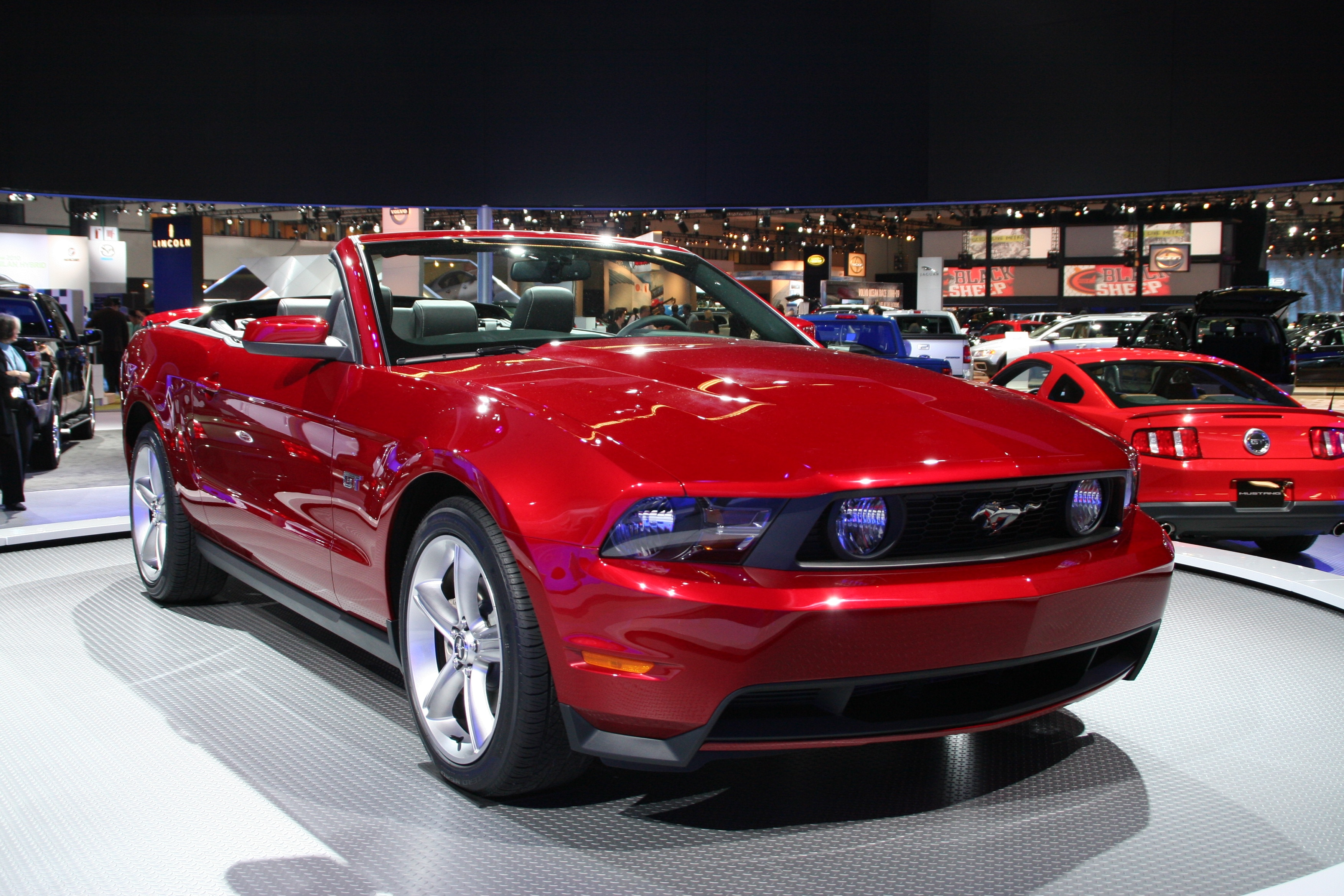 2010 ford mustang gt convertible gayot 39 s blog. Black Bedroom Furniture Sets. Home Design Ideas