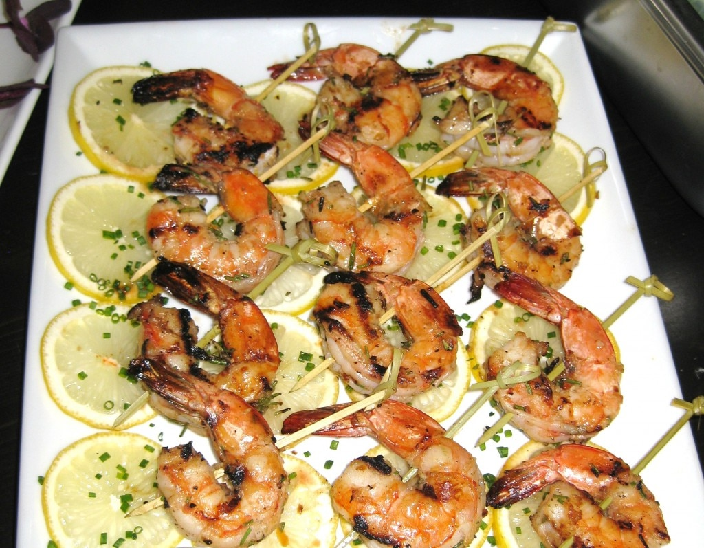 Grilled shrimp with lemon slices and chives