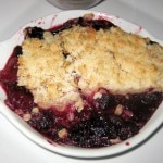 Crumble aux fruits rouges: homemade berry cobbler à la mode with vanilla ice cream