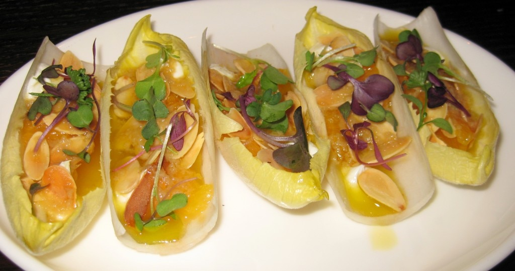 Endivias con queso de cabra y naranjas: endives, goat cheese, oranges and almonds