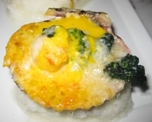 Conchas a la parmesana: scallops, parmesan cheese, spinach and lemon sauce dressing
