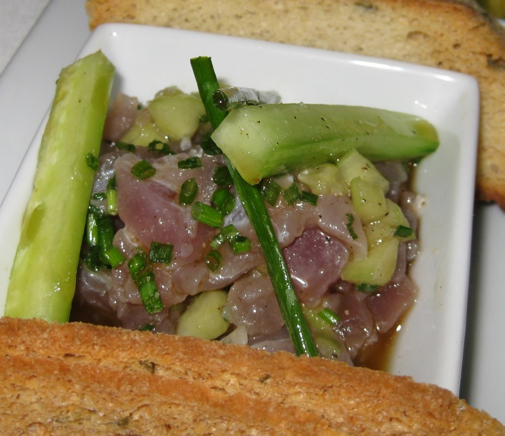 Sesame tuna tartar: chive, shallot and cucumber