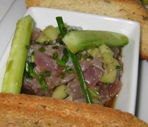 Sesame tuna tartar: chive, shallot and cucumber