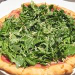 Pizza bianca al prosciutto with arugula