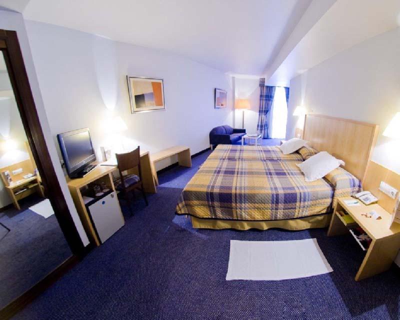 A guest room at Hotel Husa Jardines de Albia in Bilbao