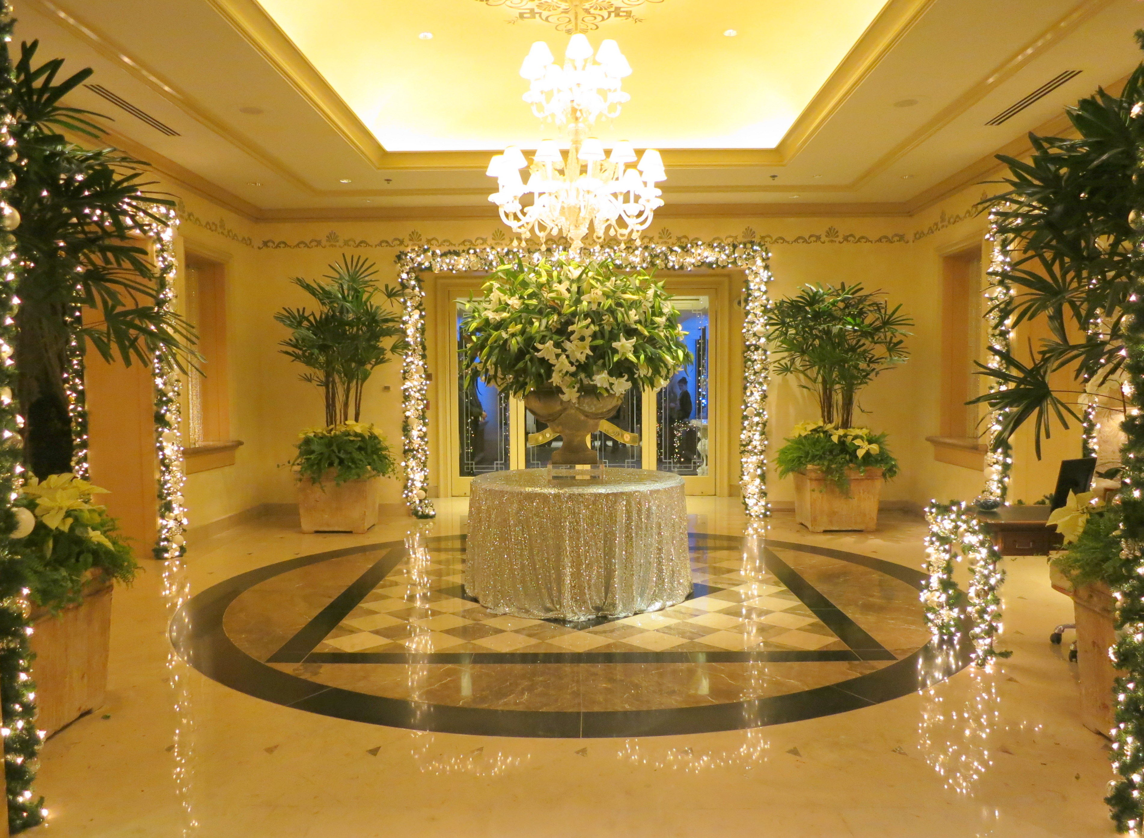 The lobby of the four seasons hotel los angeles at beverly for 4 seasons decoration