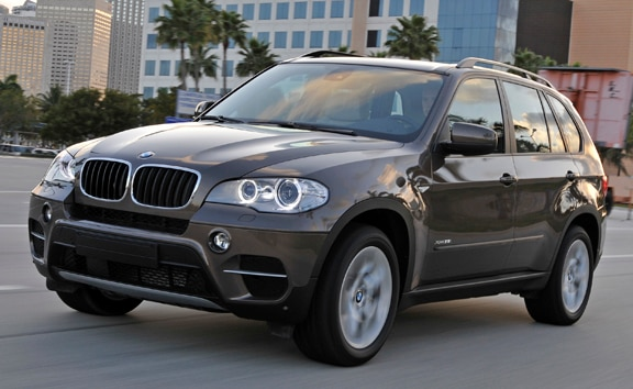 A three-quarter front view of the 2013 BMW X5