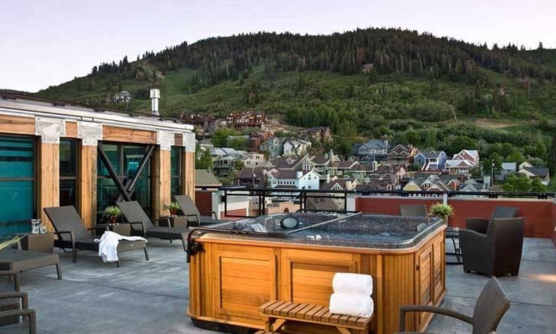 A rooftop hot tub at The Sky Lodge