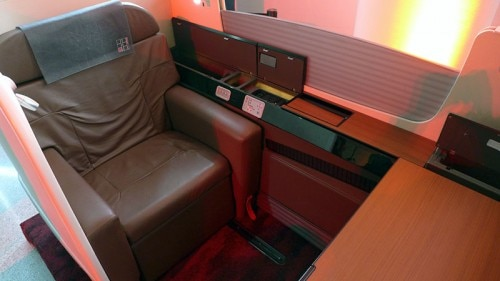 jal first class seat 500x281 Japan Airlines JAL SKY SUITE 777 Soars One Class Higher   Travel News