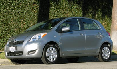A three-quarter front view of a gray 2009 Toyota Yaris Liftback