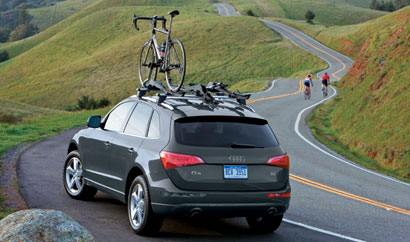 A three-quarter rear view of a 2009 Audi Q5 with a bicycle mounted on the roof