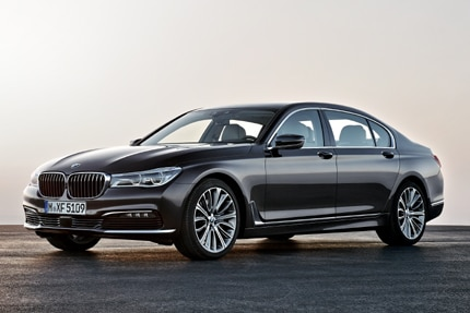 A three-quarter front view of the 2016 BMW Flagship 7 Series