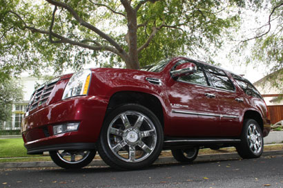 A three-quarter front view of a 2007 Cadillac Escalade