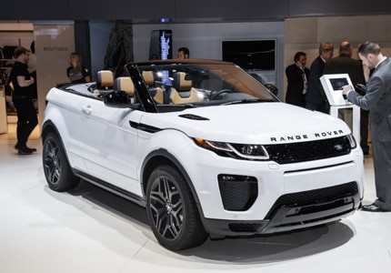 A three-quarter front view of the 2017 Range Rover Evoque Convertible