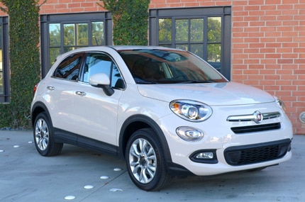 A three quarter front view of the 2016 Fiat 500X Lounge FWD