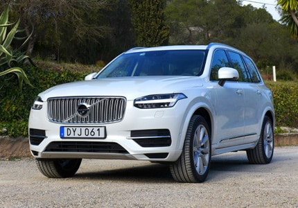 A three-quarter front view of the 2017 Volvo XC90 T8 Hybrid