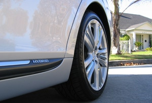 A rear tire view of the 2007 Lexus GS 450h