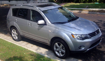 A three-quarter front view of a 2007 Mitsubishi Outlander XLS