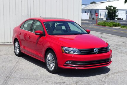 A three-quarter front view of the all-new Jetta SE TSI in tornado red