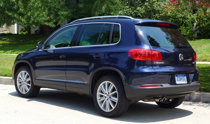 A three-quarter rear view of the 2013 Volkswagen Tiguan SE