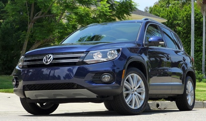 A three-quarter front view of a 2013 Volkswagen Tiguan SE