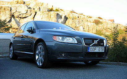 A three-quarter front view of a 2007 Volvo S80 V8