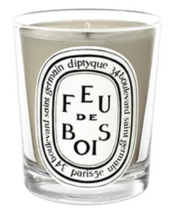 The Diptyque Feu de Bois Candle emits a woody fragrance