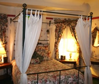Room with a four-poster canopy bed