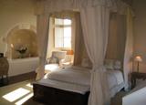 A guest room at Château du Peyruzel