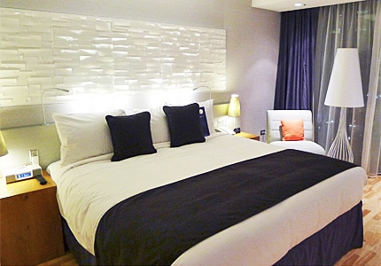 A guest room at Radisson Blu Aqua Hotel Chicago, one of GAYOT's top-rated hotels in Chicago, Illinois