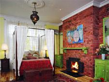 Room at Petite Auberge Les Bons Matins Bed & Breakfast, Montréal, QC