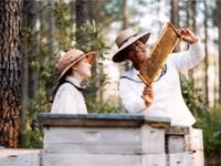 Dakota Fanning and Queen Latifah in The Secret Life of Bees