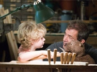 Riley Thomas Stewart and Mel Gibson in The Beaver