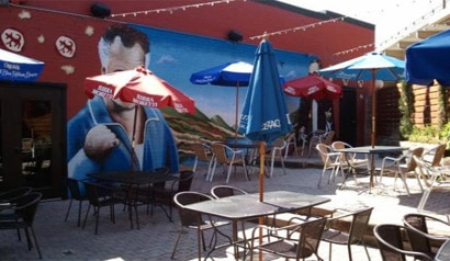 The outdoor patio at the Deep Ellum location of Il Cane Rosso