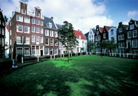 Begijnhof, an extremely calm courtyard of buildings in the bustle of Amsterdam