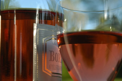 Today, there is a new surge in the popularity of rosés, associated with sun and summer fun