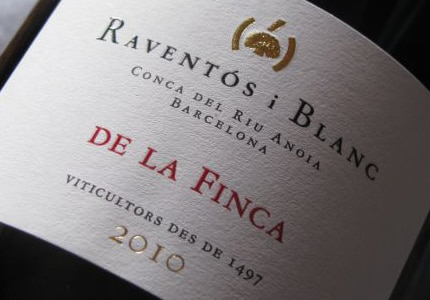 Stepping away from the Cava DO let the Raventós i Blanc 2010 Conca del Riu Anoia De La Finca truly sparkle