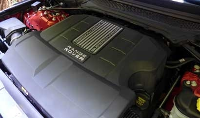 The 5.0-liter supercharged V8 of the 2014 Range Rover Sport V8 Supercharged