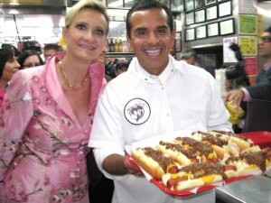 Mayor Antonio Villaraigosa serving chili cheese dogs to Pink's fans with Sophie Gayot