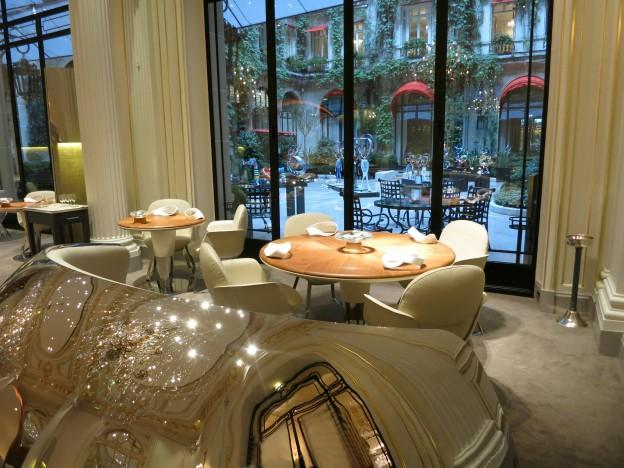 Alain ducasse au plaza ath n e paris cour jardin day for Restaurant au jardin paris